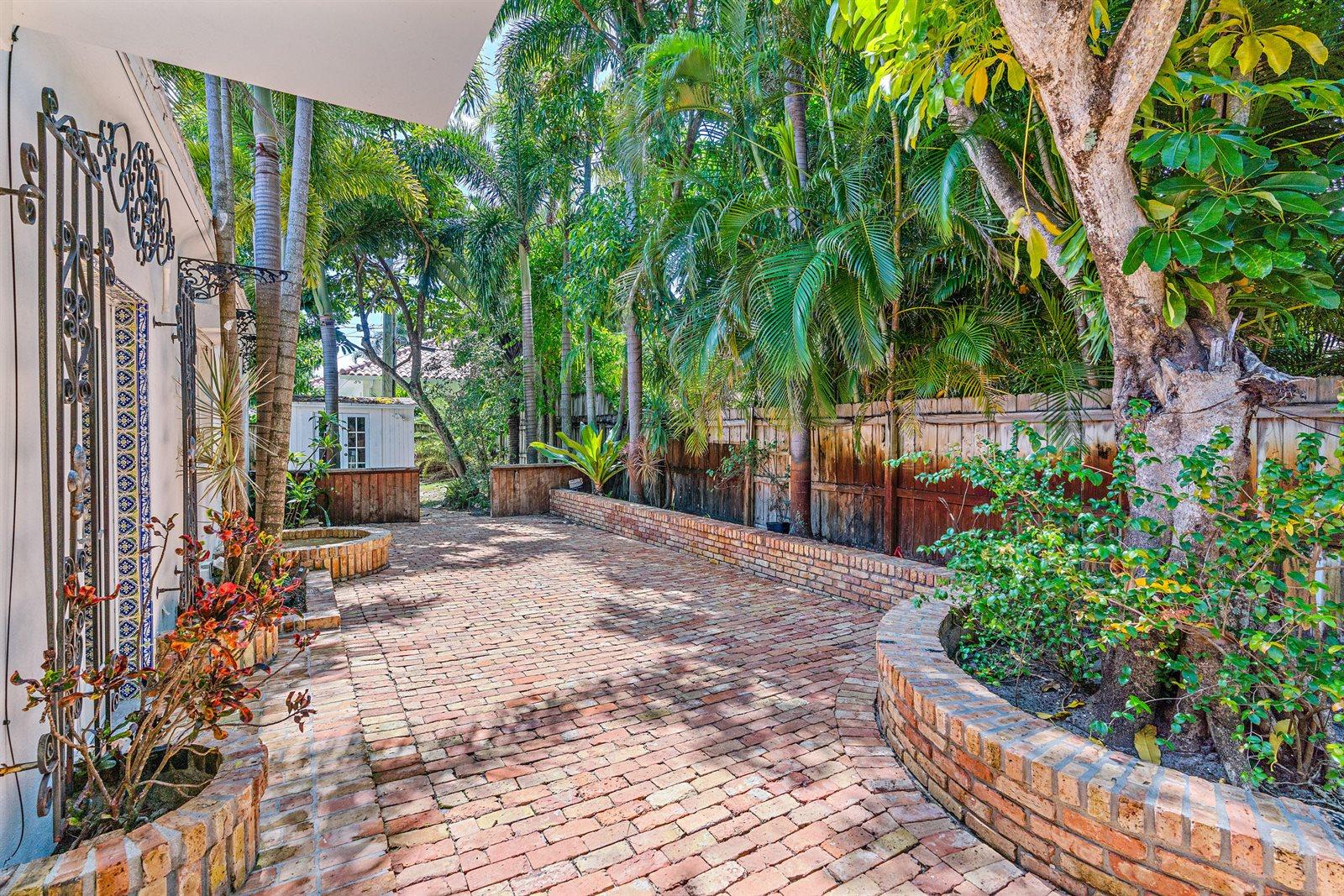 302 East Lakewood Road, West Palm Beach, FL 33405