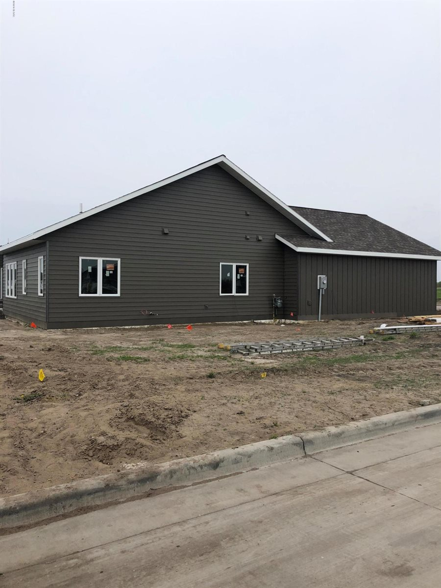 1902 Kings View Dr, Grand Forks, ND 58201